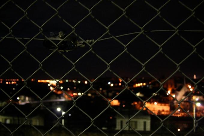 La ville derrière un grillage
