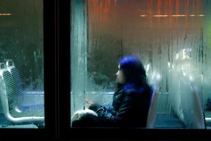 Jeune fille dans le tram