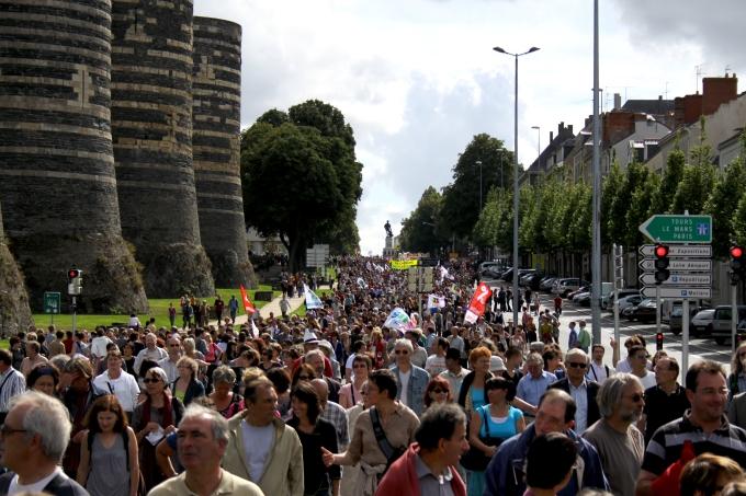 Le cortège devant le château d'Angers