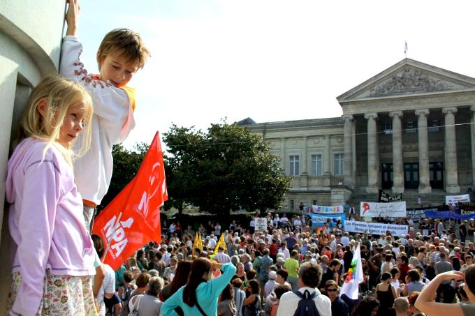 gamins sur la statue