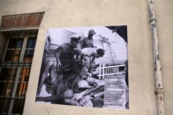 René Vital - Paris Match: un échange de prisonniers est organisé entre la France et le Nord-Vietnam. Des centaines de prisonniers des deux camps se croisent ce 14 juillet 1954. Ceux qui sortent des geôles d'Ho Chi Minh sont en très mauvaise santé.