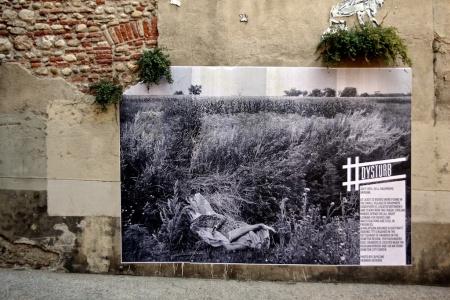 Capucine Granier-Deferre: un corps enveloppé d'un tapis au milieu des herbes hautes, sur le lieu du crash du MH17, juillet 2014.