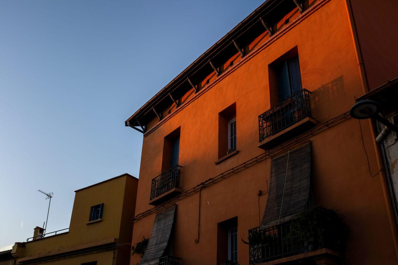 Coucher de soleil sur une façade du quartier Saint-Jacques de Perpignan
